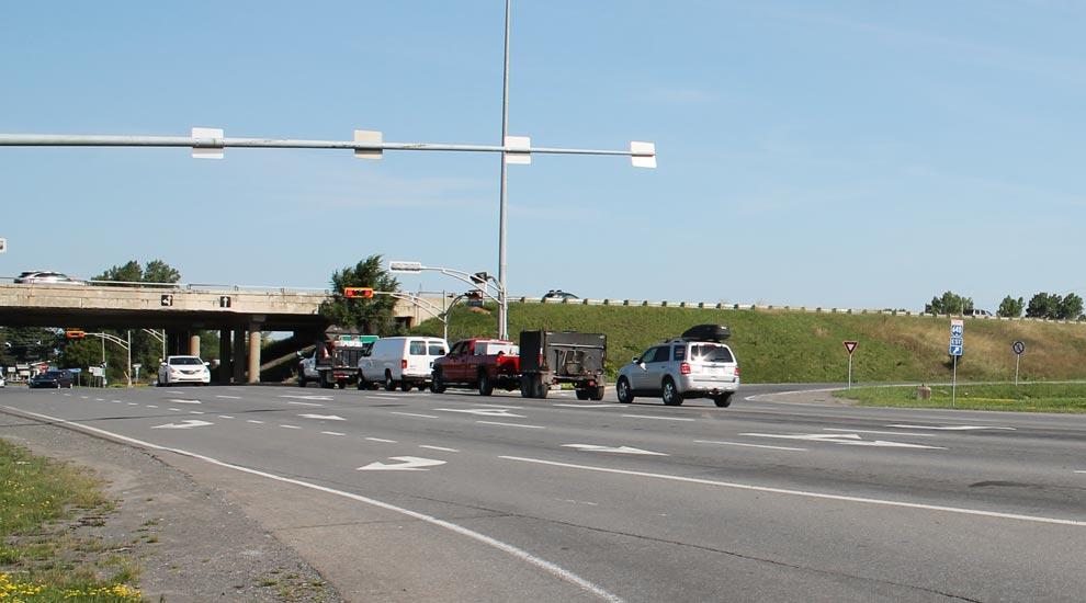 Mise au point sur le feu de circulation défectueux à l'angle de la 25e Avenue et de la bretelle d'accès à l'autoroute