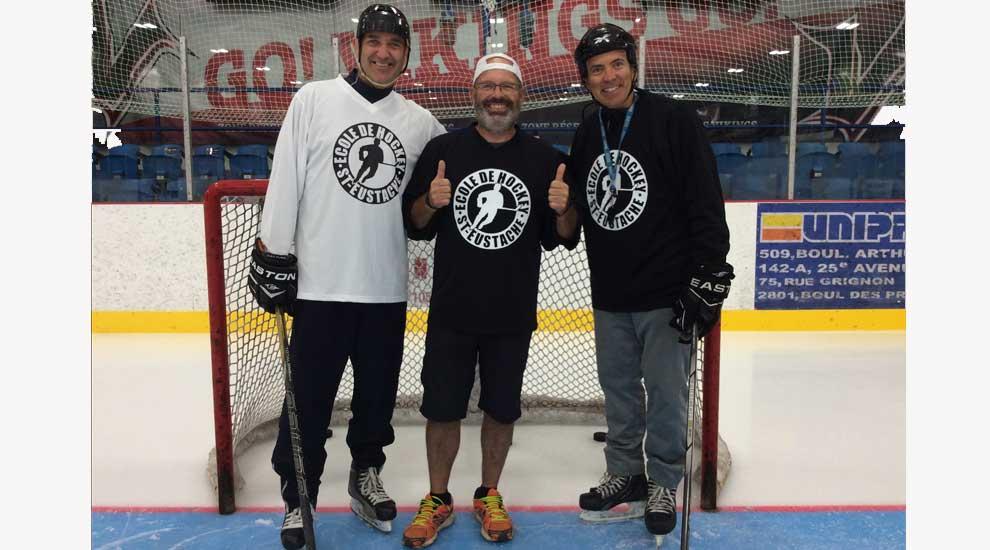 Des entraîneurs de l'école de hockey de Saint-Eustache accrochent leurs patins