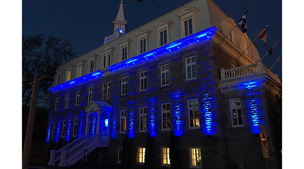 La mairie de Saint-Eustache en bleu pour souligner la Semaine nationale des travaux publics