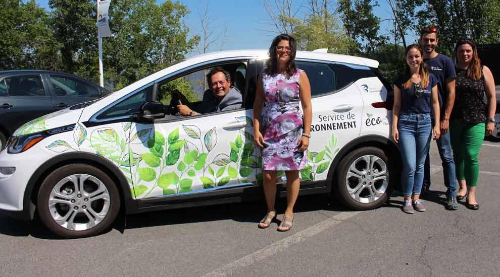 Ville de saint-Eustache - Un véhicule électrique au Service de l'environnement et deux nouvelles bornes à Saint-Eustache